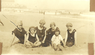 Group with little girls on beach0001